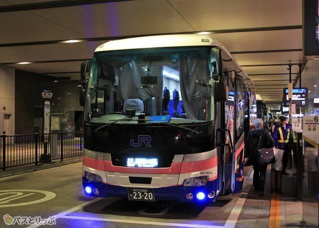 大阪駅JR高速バスターミナルにて乗車改札中の「青春ドリーム信州号」