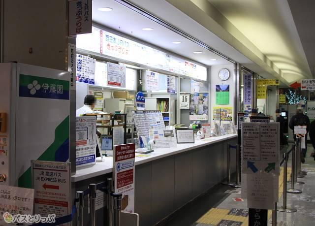 待合室の奥には乗車券カウンターが