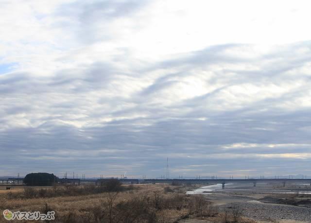 遠くには東北新幹線の高架も