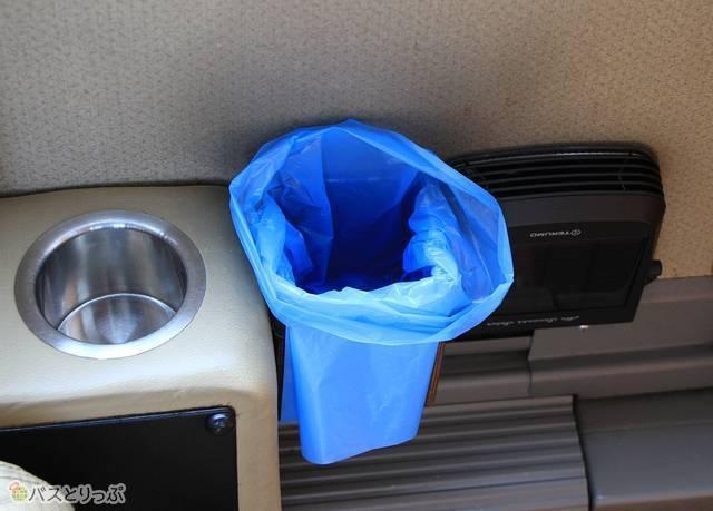 小型ごみ箱と専用の空気清浄機