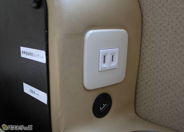 プレミアムシートのUSBポートは窓側ひじ掛け先端に設置