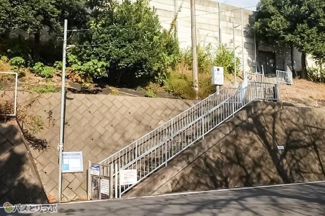 川越的場 高速バス乗り場への階段