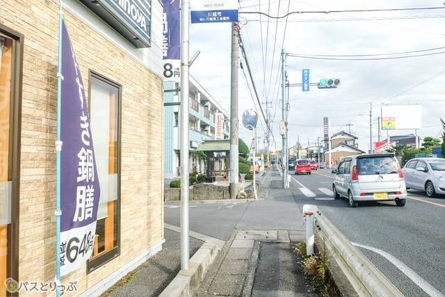 吉野家が見えてきたら、吉野家に沿って左折