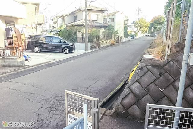 的場駅降車バス停の出口