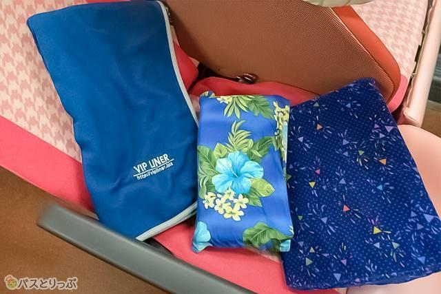 低反発ミニ枕と腰ピロー。大判毛布はシングルベッドサイズ