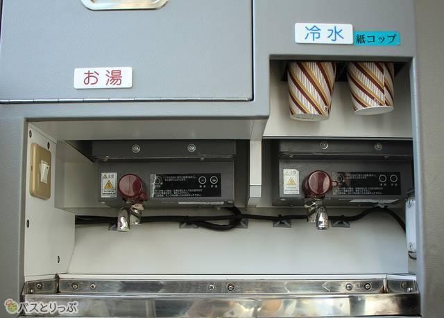 冷水は車内中央部のサービスコーナーに(※お湯を使えるサービスは2019年6月30日で終了)