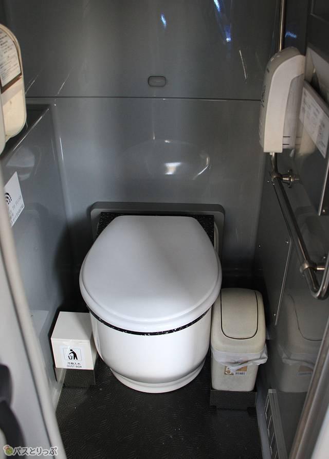 4列シート車のトイレ