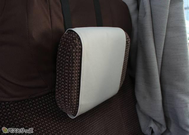 シートにはヘッドレスト(可動式枕)を搭載