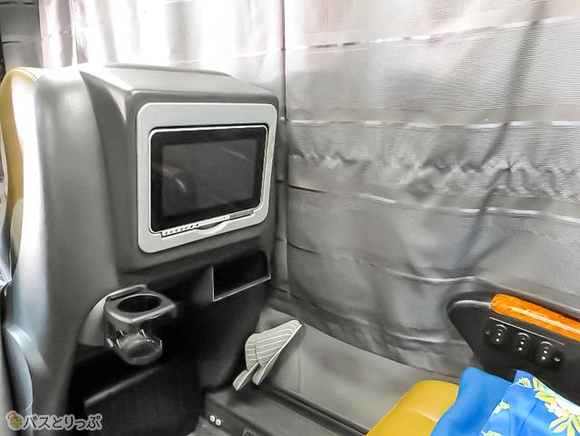 前座席の後ろ側にモニターとドリンクホルダー