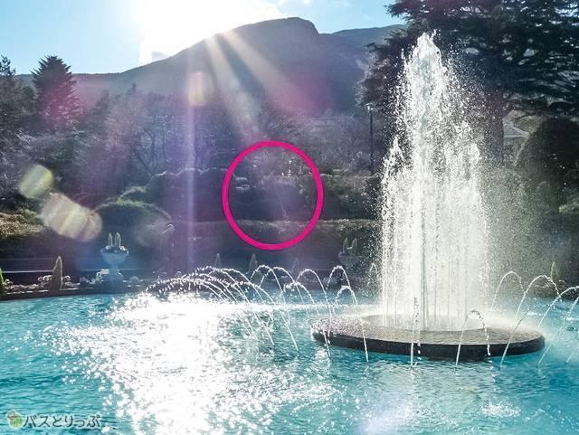 「ロンギヌスの槍」、噴水の後ろに刺さってました!