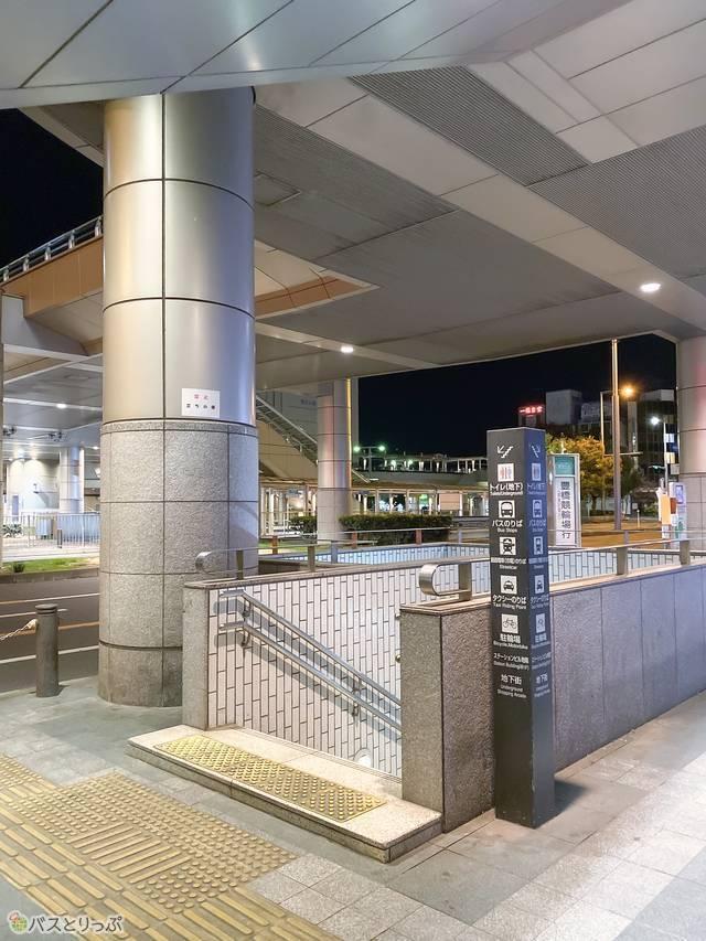 トイレはバスターミナルの1つ下、地下1階に。ほかにも西口方面にあります