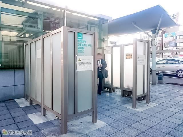 和歌山駅西口ロータリーにある喫煙所