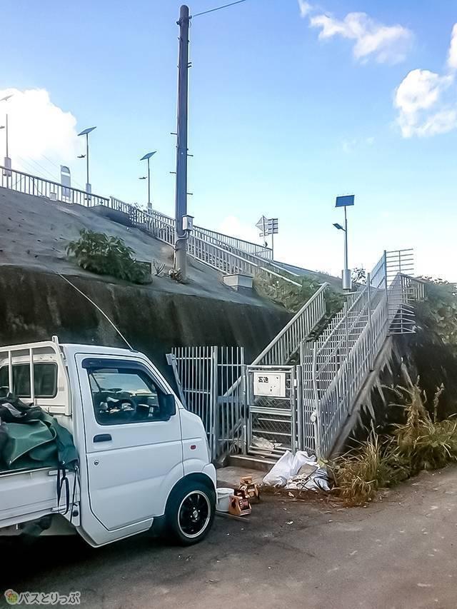 高速バス停に向かう階段