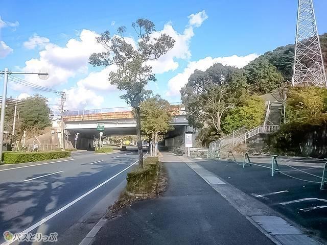 右手にある和歌山高速バス停上り線を上る