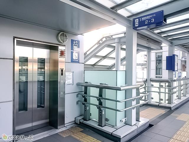1、3番乗り場行きの階段とエレベーター