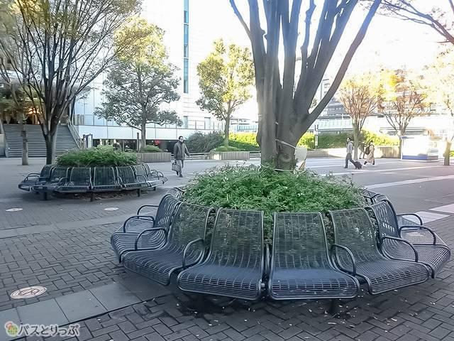 新横浜駅北口東広場のベンチ