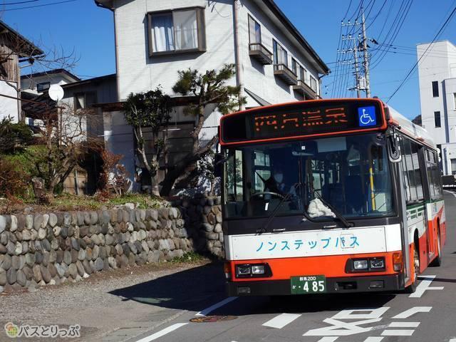 四万温泉行きバス