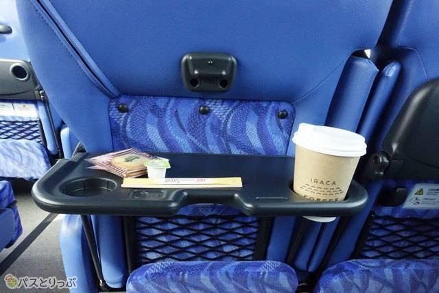 使いやすさとスペースを確保した座席テーブル