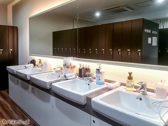 ロッカールームと洗面台