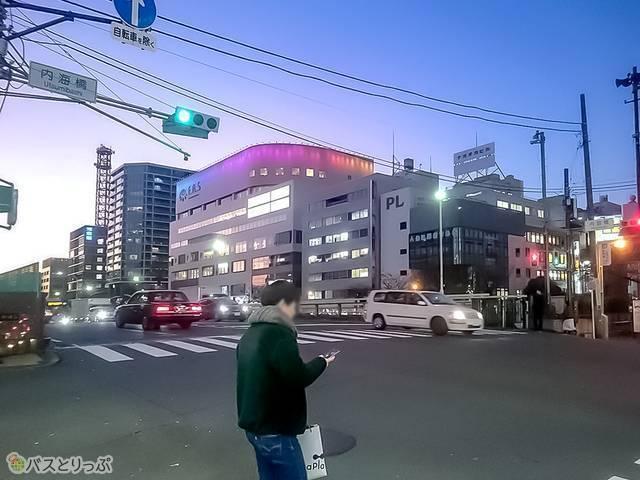 横浜駅西口交差点を左折して約170メートル歩き、内海橋交差点を右折してください。