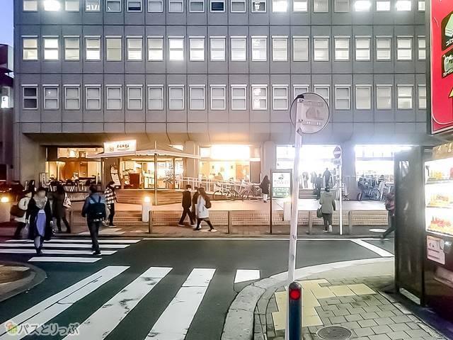 T字路になっている道を、真正面に「上島珈琲店 横浜北幸店」を見ながら左折してください。