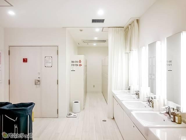 洗面台やパウダールーム、シャワー、トイレがまとまった共有スペース