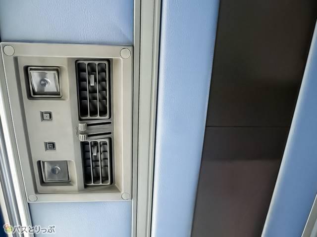 読書灯や風の向き・強さの調整は窓側上部