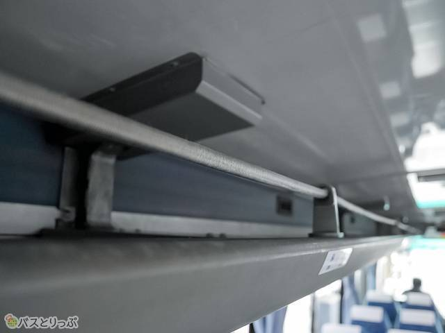 荷物棚は太めのゴムがしっかり荷物を支えます