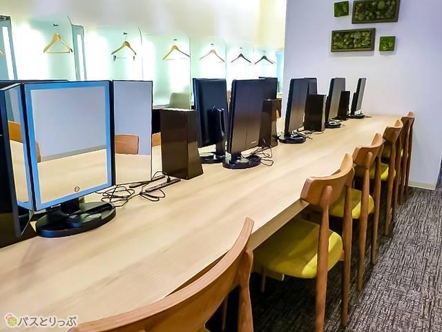 パソコンや美容家電利用時に便利なフリーデスクスペースも