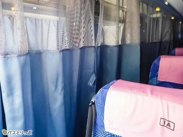 一般的なカーテン。乗務員さんが中の様子を確認できるよう、上部は網状になっていることが多い 例:長電バス「神戸・大阪・京都~長野線」