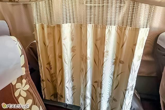 華やかで可愛いカーテンのバスも 例:VIPライナー「プルメリアグランデ」