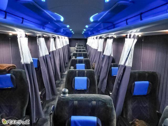 3列独立シートで窓際席のみカーテンつき 例:グレースライナー「プレミアムグレース」