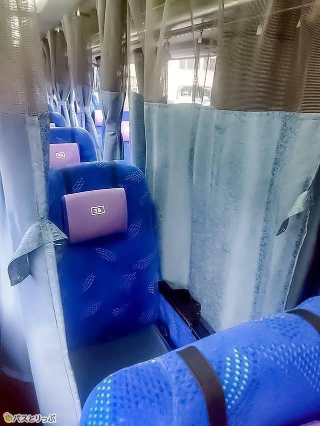 3列独立シート・中央席(B席)の左右にもカーテンつき 例:和歌山バス「サウスウェーブ号」