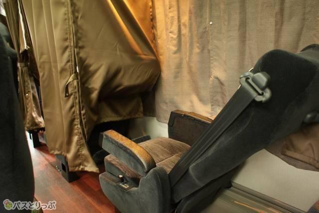 座席の前後を区切るカーテン 例:杉崎観光バス「プライベート」
