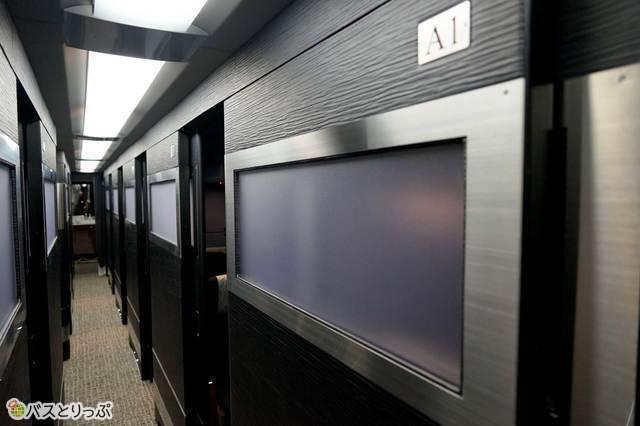 バスの中に扉付き個室。これはまるで走るホテル! 例:「ドリームスリーパー」