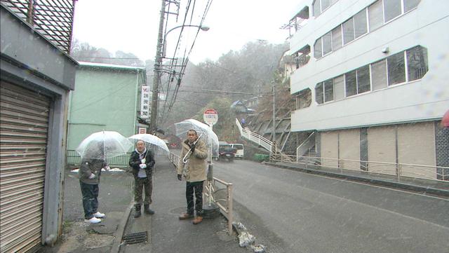 雪の中バスを待つ3人.png