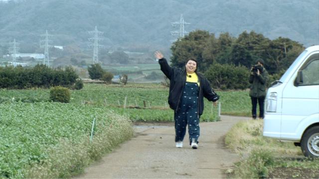 キャベツ畑歩く直美ちゃん.png