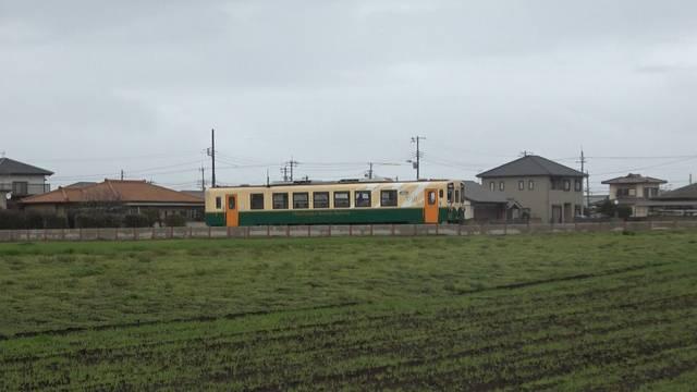 畑の中を走る電車.jpg