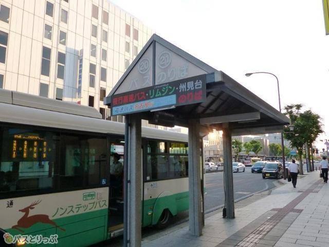 「近鉄奈良駅20番」バス停。1つのバス停が20番・21番の両方を兼ねる