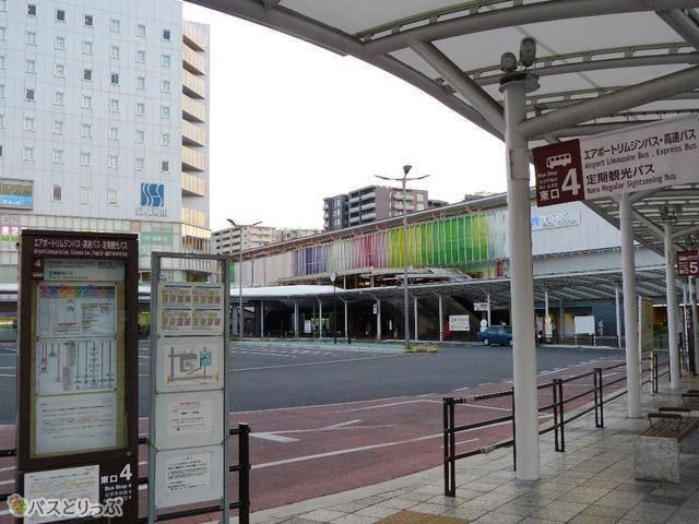 「JR奈良駅東口」4番バス停。エアポートリムジンバスや高速バスが発着