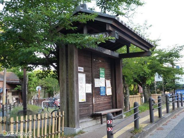 「奈良ホテル」バス停。関西空港行きリムジンバス乗り場