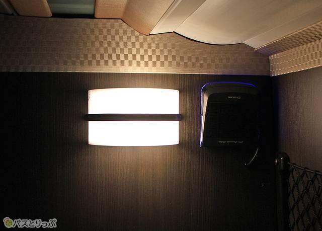 新車両では座席後方の照明横に空気清浄機を設置(写真追加:2020.07.17)