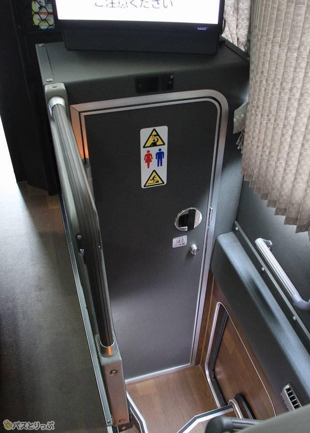 トイレは車内中央部に設置(画像追加:2020.07.27)