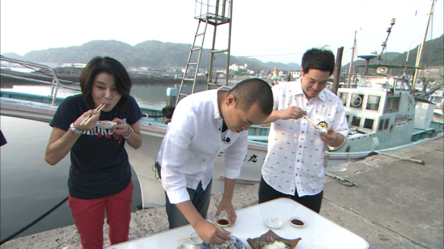 アジを食べる3人.png