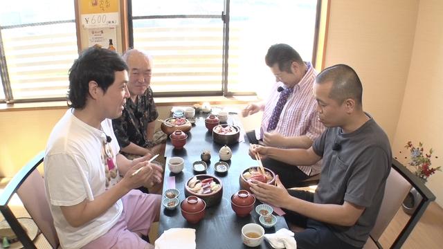 三崎マグロを食べる一行.png