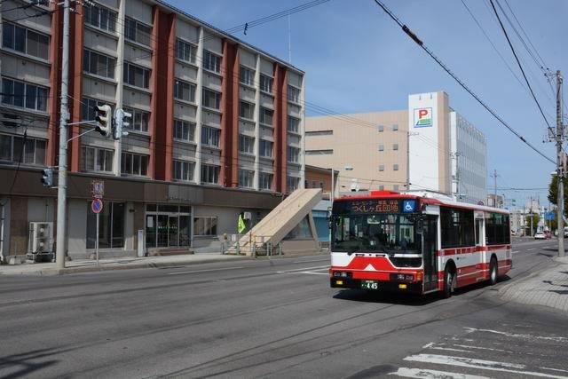 網走バスの市内線の便が網走バスターミナル前を行く