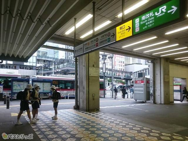 渋谷駅JR山手線南改札口前の西口バスターミナル