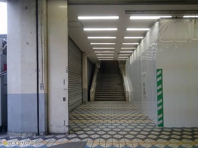 渋谷駅西口バスターミナルを左手に見ながら歩くと、目の前に階段があるので上りましょう