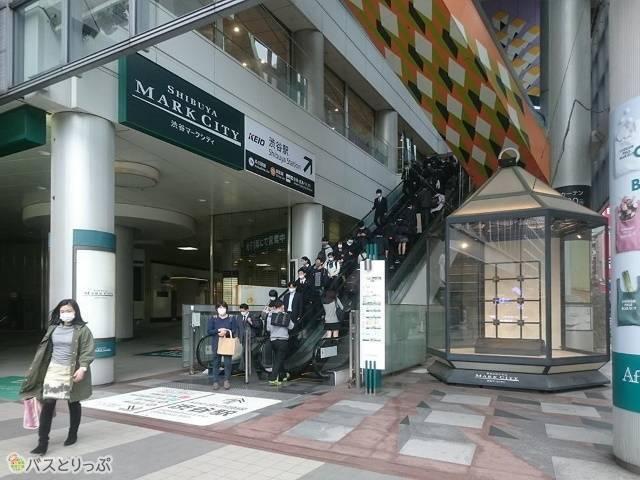 右手にあるエスカレーターで渋谷マークシティの2階まで上がってください。