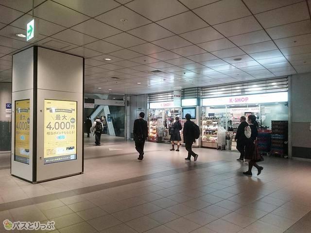 左手にコンビニのK-Shop 渋谷店